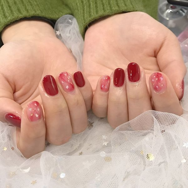 圆形红色晕染新年美甲图片