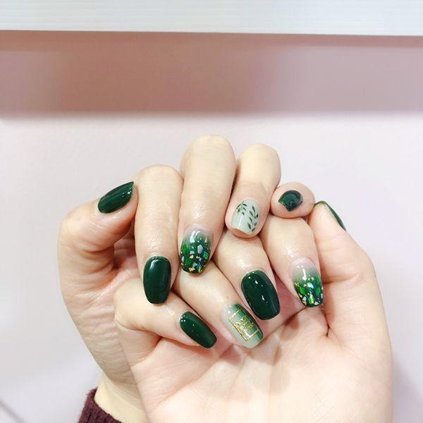 绿色渐变晕染金箔手绘春天树叶竖形渐变美甲图片