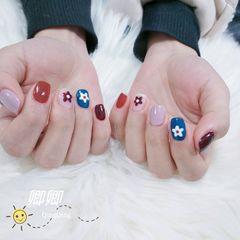 焦糖色蓝色红色手绘方圆形花朵跳色美甲图片