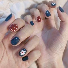 圆形红色蓝色手绘花朵酒红色波点美甲图片