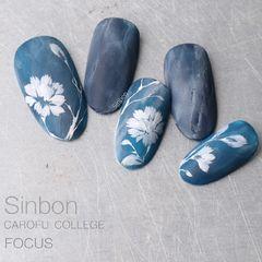圆形手绘蓝色白色花朵磨砂美甲图片