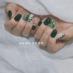 绿色方圆形晕染手绘金箔树叶春天美甲图片