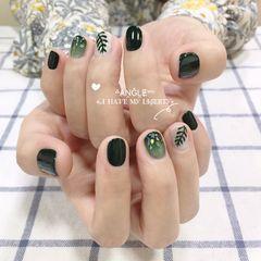 圆形手绘渐变贝壳片墨绿色树叶美甲图片