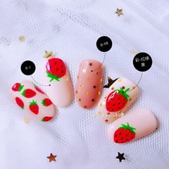 红色圆形手绘水果草莓美甲图片