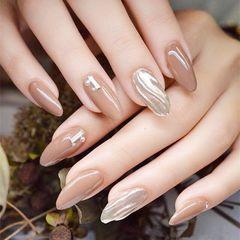 圆形简约裸色银色水波纹暖暖的奶茶色搭配水波纹,超赞美甲图片