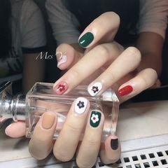方圆形绿色白色红色手绘花朵跳色美甲图片