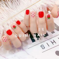 红色方圆形手绘草莓波点美甲图片