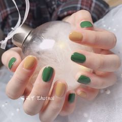 绿色圆形简约黄色跳色美甲图片