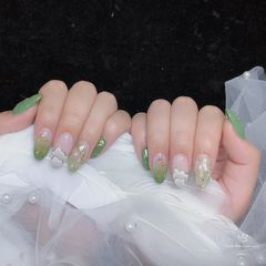 绿色尖形手绘日式简约贝壳片金箔晕染美甲图片