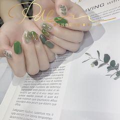 绿色圆形晕染金箔贝壳片渐变手绘树叶美甲图片