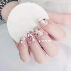 圆形贝壳片简约金箔短指甲银色水波纹美甲图片