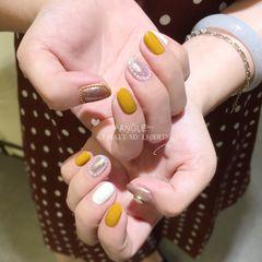 黄色圆形墨镜粉米白色珍珠美甲图片