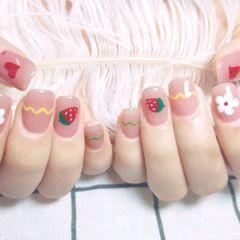方圆形夏天裸色红色绿色手绘草莓花朵美甲图片