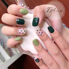 绿色方圆形夏天波点短指甲简约美甲图片