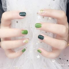 绿色晕染金箔贝壳片方圆形💚绿色小清新款用了两个绿色撞色系搭配蛋白色贝壳金箔晕染❥显高级显白哦❥短指甲小仙女也能美美哒[呲牙][呲牙]美甲图片