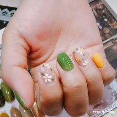 圆形绿色黄色手绘花朵跳色夏天美甲图片