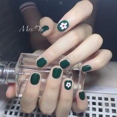 圆形绿色白色手绘花朵短指甲美甲图片