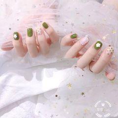 绿色方圆形波点珍珠花朵美甲图片
