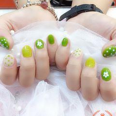 圆形绿色手绘花朵波点短指甲夏天美甲图片