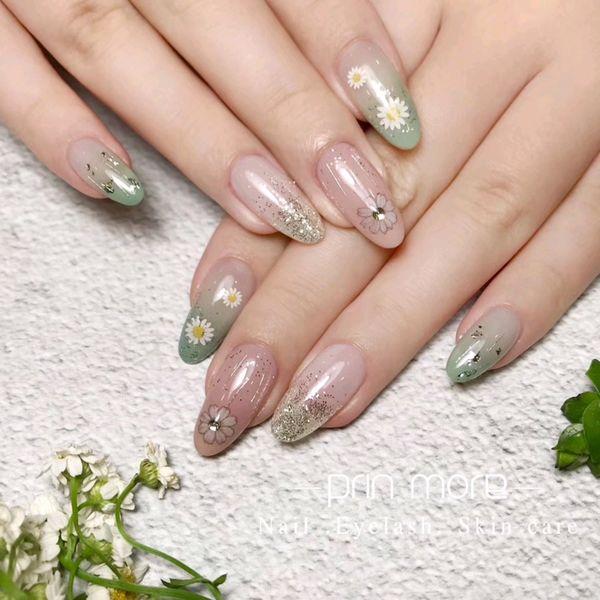 圆形绿色银色渐变手绘花朵钻美甲图片