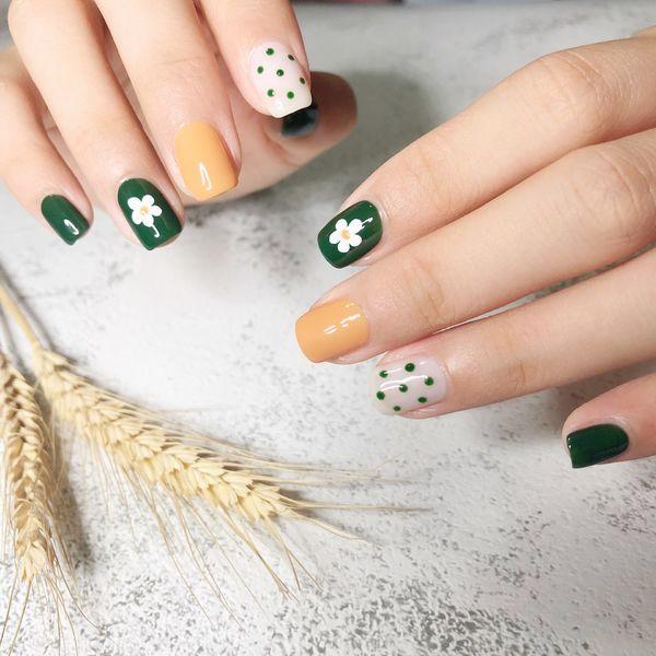 绿色黄色方形波点花朵乳白泫雅风来一个美甲图片