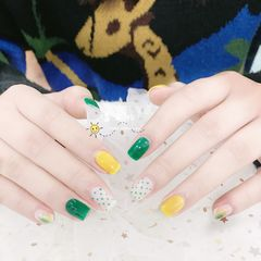 黄色方圆形波点夏天跳色晕染绿色美甲图片