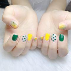 黄色绿色裸色方圆形夏天跳色简约短指甲波点晕染金箔美甲图片