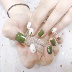 绿色简约手绘方圆形白色美甲图片