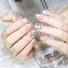 裸色圆形短指甲贝壳片金箔水波纹魔镜粉美甲图片