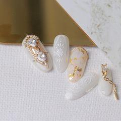 裸色新娘白色圆形手绘金箔钻金属饰品高级定制的饰品 搭配巴洛克风格 体现了奢华的一面 作为婚纱搭配也是棒棒哒美甲图片