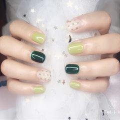 绿色波点圆形白色💚芥末绿加孔雀石绿搭配波点,简单清新的夏日款美甲图片