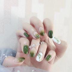 绿色圆形贝壳片渐变简约手绘树叶夏天美甲图片