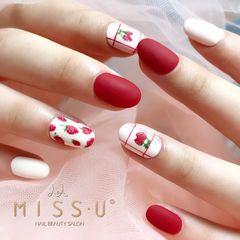 圆形红色白色手绘草莓水果磨砂夏天美甲图片