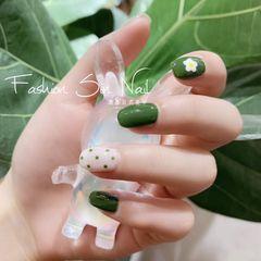 绿色圆形夏天白色手绘花朵波点美甲图片
