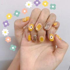黄色方圆形水波纹花朵珍珠美甲图片