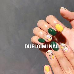 绿色黄色方形短指甲花朵夏天手绘日式白色跳色美甲图片