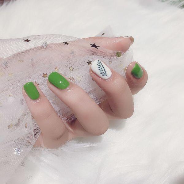 绿色方圆形夏天白色树叶简约高级感 绿色美甲图片