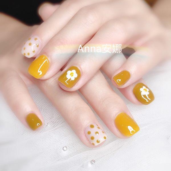 方圆形黄色手绘花朵波点美甲图片