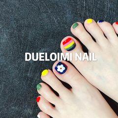 黄色绿色蓝色红色彩色方形脚跳色夏天花朵手绘白色彩虹美甲图片