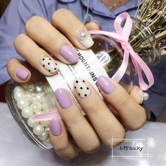 圆形紫色白色波点珍珠应该是越简单越赖看吧美甲图片