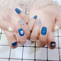 方圆形蓝色手绘花朵波点美甲图片