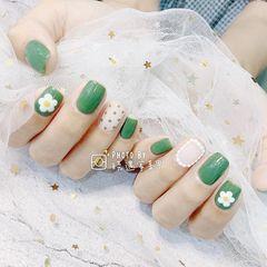 绿色方圆形花朵白色手绘波点美甲图片