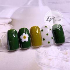 绿色黄色短指甲夏天简约花朵手绘圆形波点美甲图片