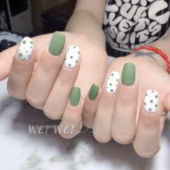绿色简约方圆形白色波点磨砂美甲图片