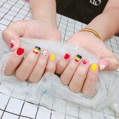 黄色红色彩色方圆形短指甲彩虹夏天跳色美甲图片