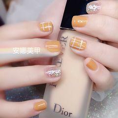 方圆形黄色银色格子短指甲美甲图片