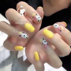黄色裸色方圆形花朵手绘美甲图片