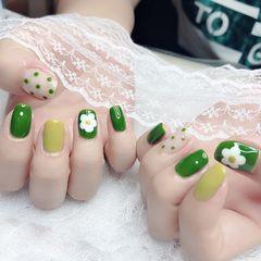绿色波点跳色简约花朵美甲图片