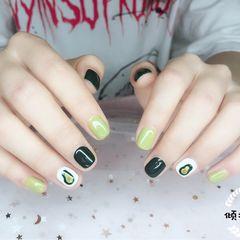 绿色牛油果方圆形手绘夏天短指甲最近大热的牛油果绿跳色搭配手绘牛油果,绝了!美甲图片