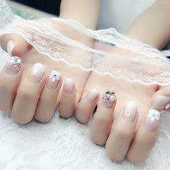 方圆形白色渐变手绘花朵钻珍珠美甲图片